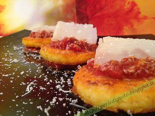 Dischetti di #polenta fritta su #ragú di manzo e #salsicce di Cinta Senese - Un piatto #lowcost per queste sere #invernali