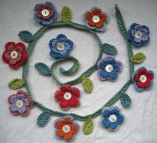 Crocheted flower garden! Tutorial flores aqui:  http://crochetroo.blogspot.com.es/2008/04/button-blossom-brooch-free-crochet.html * ❥Teresa Restegui http://www.pinterest.com/teretegui/❥