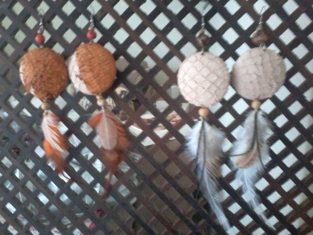 Brincos em couro de peixe sementes e penas