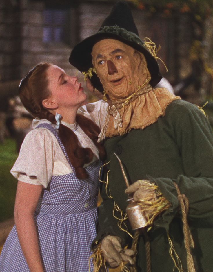 Dorothy whispering to Scarecrow. The Wizard of Oz.