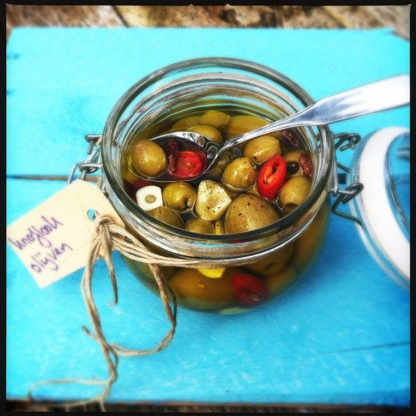 Je eigen olijven marineren vind ik vaak veel lekkerder dan uit een potje. Je neemt je favoriete (naturel) olijven, bijvoorbeeld uit de supermarkt of Turkse toko. Giet daar extra vergine olijfolie bij, totdat alle olijven...