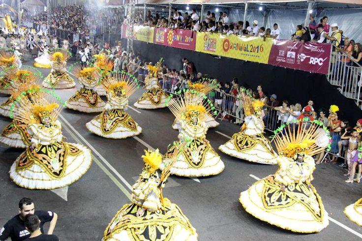 Desfile de escola de samba no Carnaval Curitibano. Curitiba: (arquivo) Foto: Fundação Cultural de Curitiba. Carnaval de Curitiba terá baile infantil na Marechal Deodoro - Álbum - Prefeitura de Curitiba
