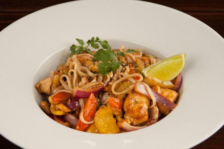 Thai rice noodles wiitch chicken, peanuts, vegetables and tamarind sauce / Thajské rýžové nudle s kuřecím masem, buráky, zeleninou a tamarindovou omáčkou