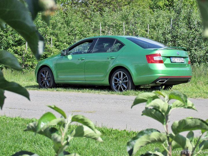 Im Mai hatten wir die Möglichkeit die Limousine des Skoda Octavia RS in Rallye-Grün Metallic zu testen und haben das Auto auf über