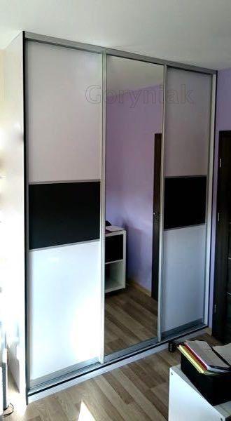 obrzeża szafy w kontrastowej okleinie, drzwi szafy wykonanej z płyty GRAFIT U3114 i białej Alaski w zestawieniu z srebrnym lustrem w okuciach Bonari Tokyo 2 Sliding doors