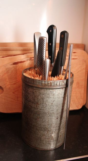 knivblok i gl. kagedåse med grillspyd #anderledes knivblok
