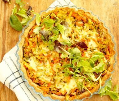 En utsökt vegetarisk grönsakspaj med ett pajskal av grahamsmjöl. Grovhackade morötter, squash och rotselleri smaksätts med rosmarin och timjan och fylls sedan i pajskalet. Servera den goda pajen med en krispig grönsallad.