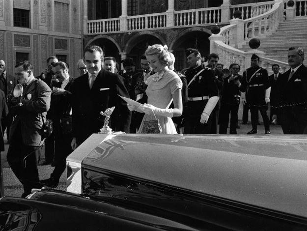 1956: il Principe Ranieri III di Monaco, con Grace Kelly, ricevendo l'auto come un regalo di nozze da parte dei cittadini di Monaco, il giorno prima del loro matrimonio.