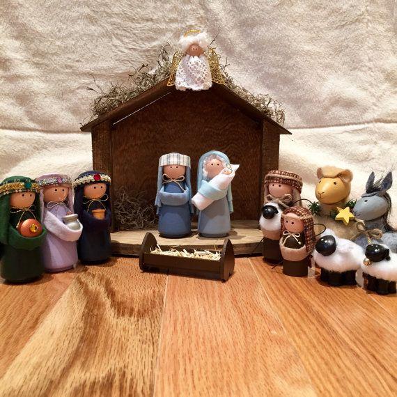 Dans une crèche...  Notre ensemble de 14 pièces Nativité comprend tout sur la photo: Marie, l'enfant Jésus (petit bébé Jésus peut glisser doucement dans les bras de Mary), Joseph, 3 sages, 2 bergers, 2 moutons, un chameau, un âne, un berceau et l'écurie avec un ange attaché pour veiller sur tout le monde.  Toutes les personnes et les animaux a commencé comme les copeaux de bois qui ont été peints par nos soins à la main. Nous avons ensuite ajouté tissu (coton, flanelle de coton et polaire)…