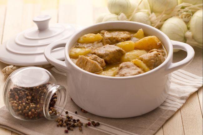 Lo spezzatino di vitello con patate è un secondo piatto gustoso e completo, ideale da preparare nelle fredde giornate invernali.