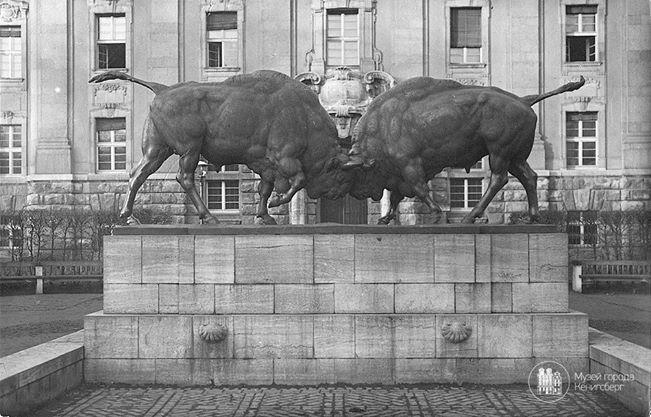 Кёнигсберг. Скульптура «Борющиеся зубры», фото ок. 1925 года.