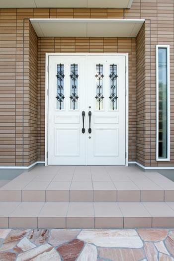 玄関ドアに主張のある家 -事例画像集-|SUVACO(スバコ) リフォーム・リノベーション会社:(株)ヤマヒサ「I様邸「やさしいヨーロッパ