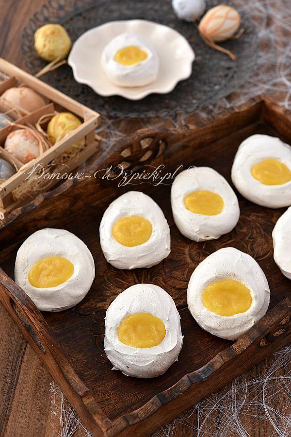 Bezy w kształcie jajek, wypełnione kremem cytrynowym. Beza jest krucha z wierzchu, a w środku klejąco- piankowa. Żółtko to…