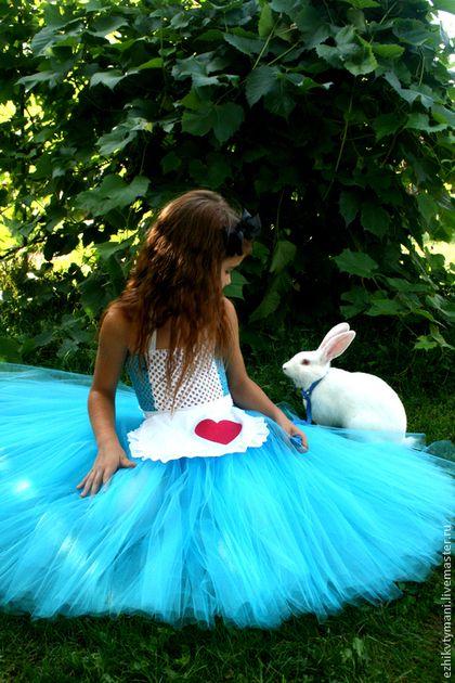 Купить или заказать Алиса в интернет-магазине на Ярмарке Мастеров. Необыкновенный костюм Алисы, яркая юбка бирюзового цвета, фартучек из хлопка - завязывается сзади на большой бант, а так же ободок с большим черным бантом. Стоимость наряда 3000 руб. на возраст 3-4 года. На возраст больше, стоимость возрастает на 300 руб. за каждые два года, например на 5-6 лет 3300, на 7-8 лет 3600. Срок изготовления от 3 до 5 дней. Все наряды шьются по индивидуальным меркам.