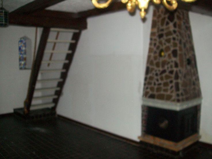 Stuen med pejsen, som vi senere har fjernet og erstattet med en brændeovn.