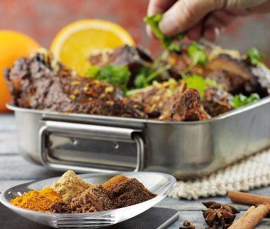 Den Marockanska kryddblandningen Ras el Hanout smakar jul, men passar lika bra att piffa upp rätter med året om. Blandningen innehåller ingefära, gurkmeja, kanel, kardemumma, koriander, kryddpeppar, saffran, muskot och kryddnejlika, så det är inte konstigt att den är smakrik! Laga marockanska revbensspjäll eller piffa upp andra rätter med kryddblandningen.