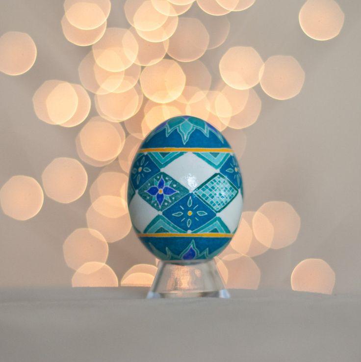 Oeuf bleu de diamants et de fleurs Pysanka par GinkgoLeafStudio