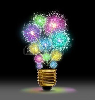 feu d artifice: Explosion créative comme une célébration feu d'artifice représenté par l'explosion d'étincelles de couleur sous la forme d'une ampoule sur le noir comme un concept d'innovation et de puissance créatrice