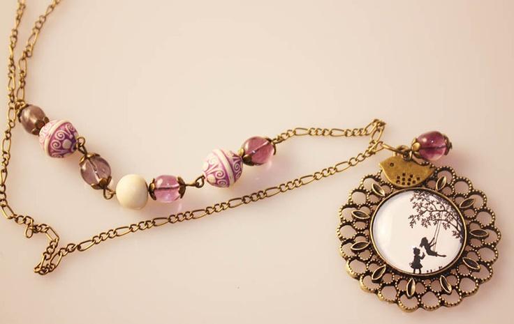 Symphonie der Farben könnte man es nennen. Hier trifft lila Fluorit auf schöne Bronze-Elemente und schöne Ornamentperlen in weiß-lila. Den Anhänger mi