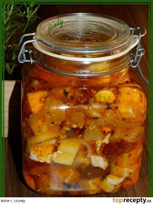 Nakladáná směs pěti sýrů, česneku a sušených rajčat s bylinkami