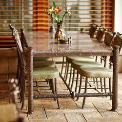 Meubles pour la terrasse en fer forgé. Table et chaises .