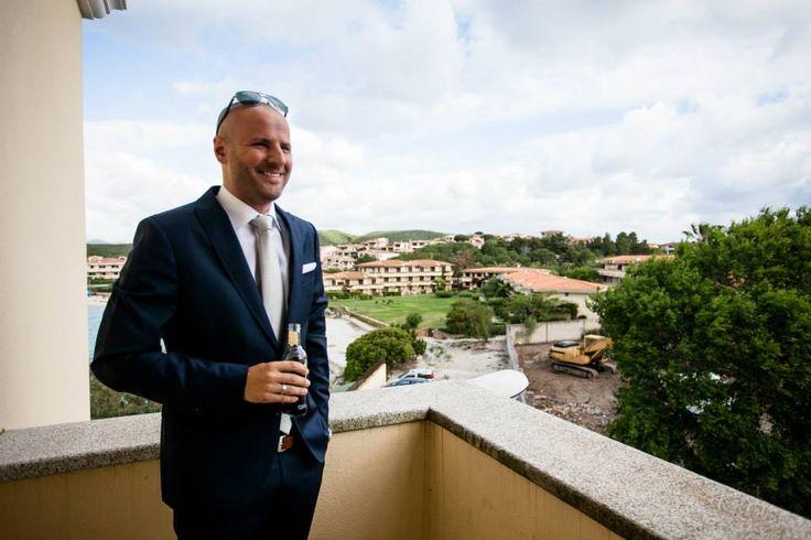 Sposarsi in Sardegna, lo sposo sul balcone della nostra camera superior - Cerimonia all'Hotel Gabbiano Azzurro
