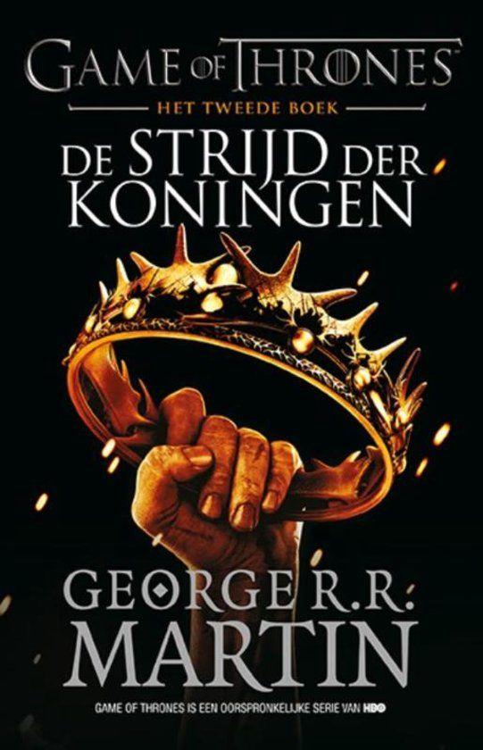 Sinds de dood van koning Robert is Westeros in rep en roer. De opvolgingstwisten om de IJzeren Troon bereiken een hoogtepunt als Stannis Baratheon, in raad en daad gesteund door de ambitieuze Melisandre, optrekt naar Koningslanding. Duidelijk is dat koningin Cersei alles op alles zal zetten om haar zoon Joffry te steunen als opvolger van Robert. Niet helemaal duidelijk is wat de geslepen en altijd manipulerende kobold Tyrion Lannister precies in zijn schild voert.