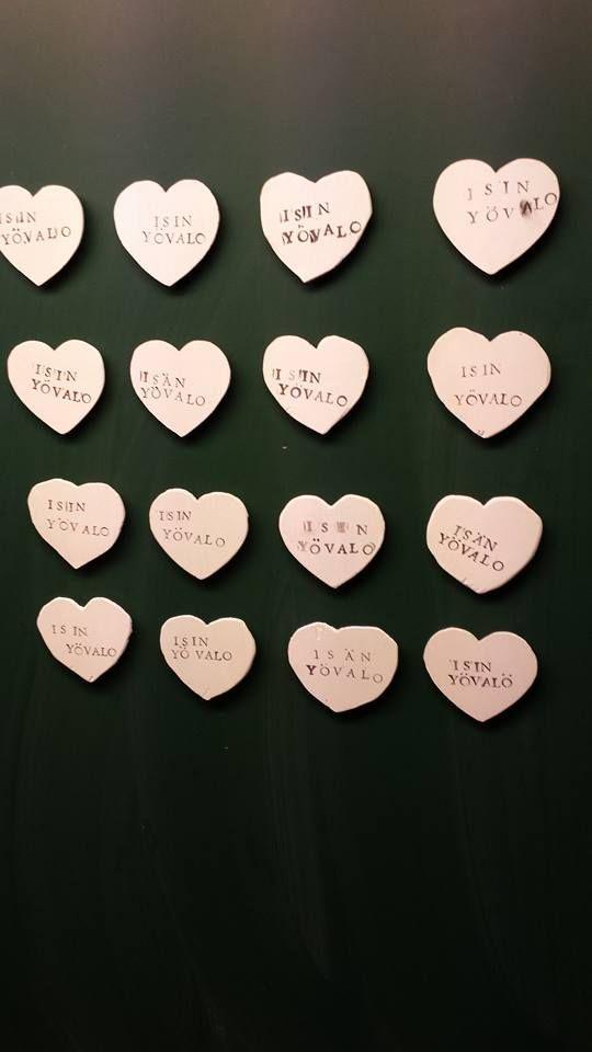 Me tehtiin isänpäivälahjaksi 3.-6.-luokkalaisten kanssa isille jääkaappimagneetit jotka hohtaa pimeässä.... Vanerista sydämet, valkoinen maali pintaan ja sen päälle väritöntä hohtolakkaa ja leimasimilla tehtiin teksti. Kuumaliimalla magneetti pohjaan ja isi löytää isi jääkaapille yölläkin.... (Alakoulun aarreaitta FB -sivustosta / Matti Kotonen)