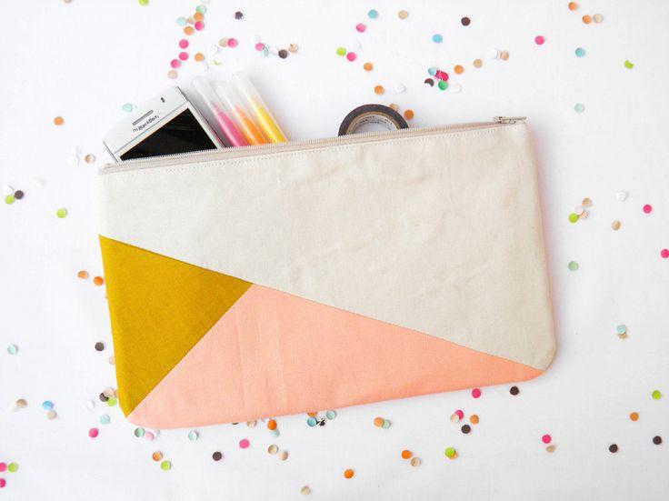 Pochette rectangulaire 26 cm en beige moutarde et pêche. €23,00, via Etsy.