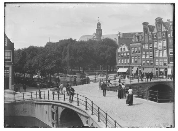 Prinsengracht 6-14, Brouwersgracht 101 · 15 juni 1894 Prinsengracht 6 (ged.)-14 (v.r.n.l.).Gezien van Brouwersgracht naar Noordermarkt met Noorderkerk. Links: hoekhuis Brouwersgracht 101 en daarvoor brug nr.57. Rechts: brug nr.59, de Lekkeresluis..