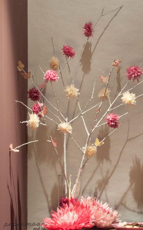 Una sencilla decoración para dar luz y color a un rincón de chocolates en el Centro Médico Alma. Donde las mamás que van ha hacerse una ecografía 4D se tomán algo dulce para activar al bebe. Pompones rosas, una rama con pompones y mariposas, flores articoke , una de nuestras guirnaldas de borlas y dos centros de flores en la recepción.