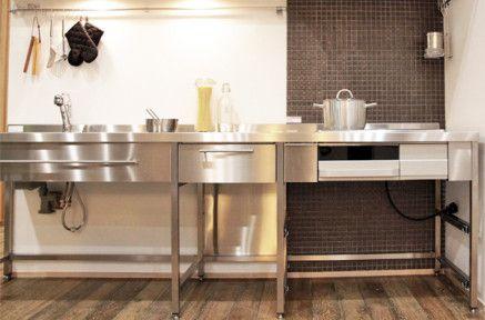 【シャープに潔く】¥253,800〜(写真はW2550サイズ/¥267,900〜)オールステンレス製のフレームキッチンです。設備機器や引出しをオプションでカスタマイズ可能。