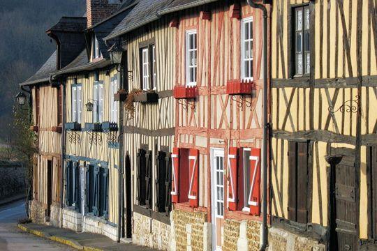 Avec ses maisons à pans de bois, Le Bec-Hellouin fait figure de village typiquement normand. Situé entre Lisieux et Rouen, il tire son nom du fondateur de sa célèbre abbaye bénédictine.