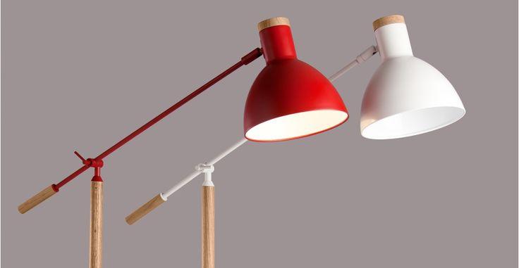 Cohen, un lampadaire, rouge et chêne | made.com