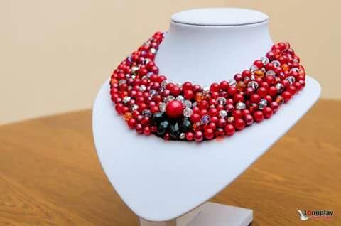 Colier pe baza de fetru din perle si margele, elegant, potrivit pentru tinute elegante.