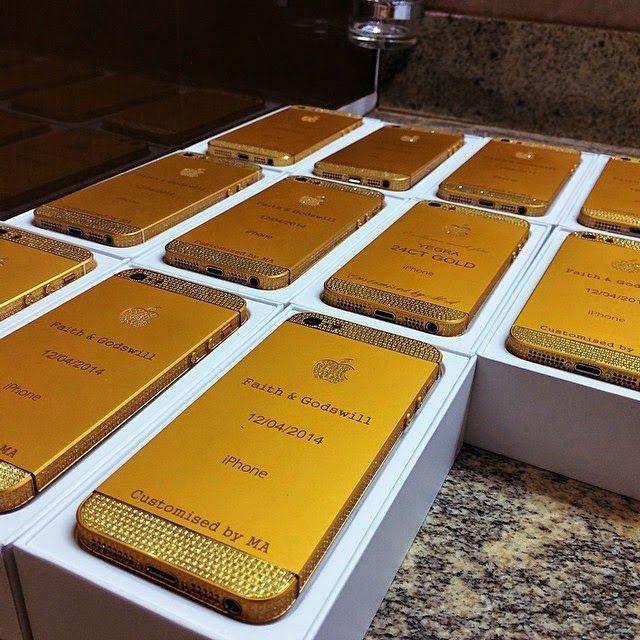 Președintele Nigeriei oferă iPhone-uri placate cu aur invitaților la nunta fiicei sale   ► http://mbls.ro/1mcptDt  Autor: Claudiu Sima   #apple #iphone #aur #gold #telefoane