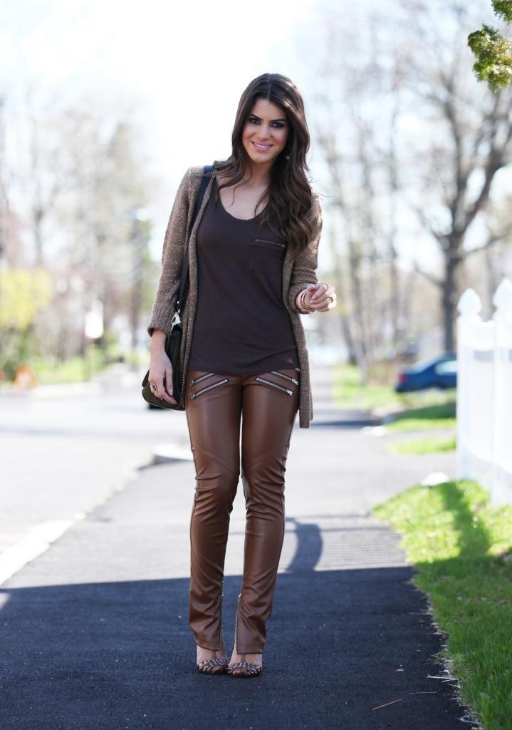 Calca fake couro marrom+ cardiga marrom + blusa marrom malha ou viscose. Lindo visual monocromatico!