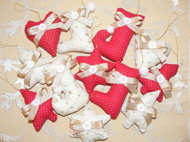 V zlato bielučkej kombinácii + krásna červená s bielymi botkami ozdobené zlatou stuhou + gombičkami bielymi a ružovými sada 12 kusov cena je za ks. Ľahučké, plnené dutým vlákonom, šup s nimi na stromček vianočný :) 2x srdiečko, 4 x stromček 2 typy , 4 x topánočka 2 typy, 2 x hviezdičky, dá sa objednať aj osobitne, len hviezdičky, topánočky, stromčeky, srdiečka... Veľkosť: 6,5 - 9 cm