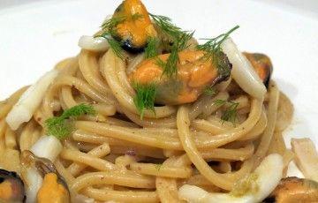 Spaghetti cozze, calamari e pesto di pistacchi
