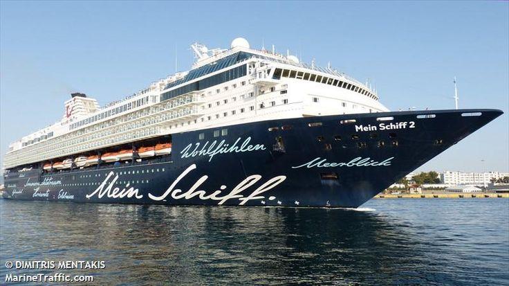 Το Mein Schiff 2 αποπλέει από τον  Πειραιά. 06/05/2015.