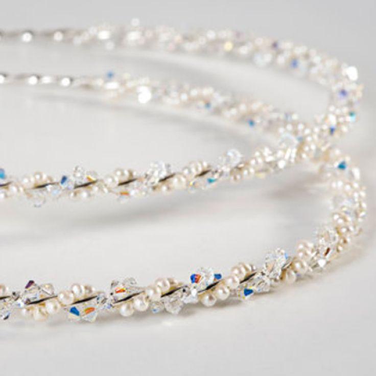Ασημένια Στέφανα Γάμου - Μαργαριτάρια & Swarovski  Ασημένια Στέφανα Γάμου με Μαργαριτάρια & Swarovski. Γύρω από μια λουστραρισμένη ασημένια μπάρα τυλίγονται λευκά στρογγυλά μικρά μαργαριτάρια (διάμετρος μαργαριταριών 3,5 χιλ) & λευκα / ιριδόν Swarovski.    Χειροποίητα α