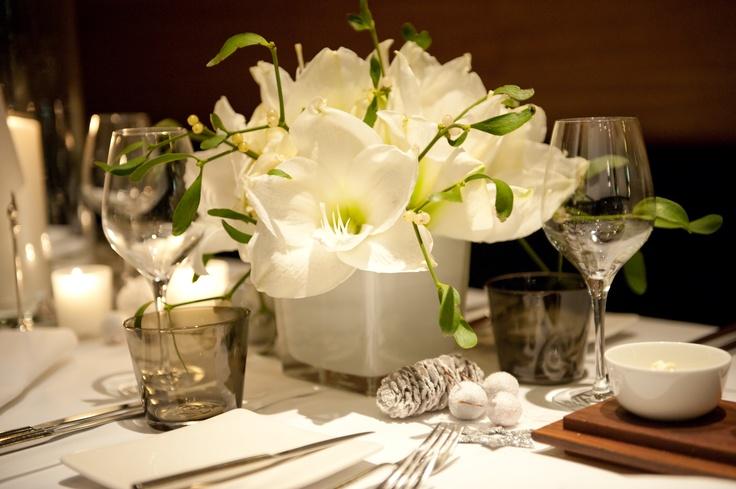 passend zu langen Tischen viereckige Vasen