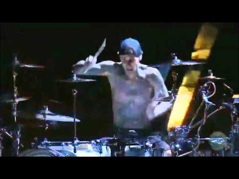Travis Barker Drum Solo 2011 (HD) - Travis takes it to a different level.