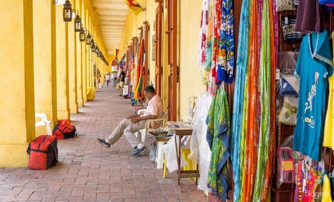 Almacenes y bóvedas de artesanías en Cartagena de Indias https://blogtrip.org/visitar-calles-cartagena-de-indias-colombia/