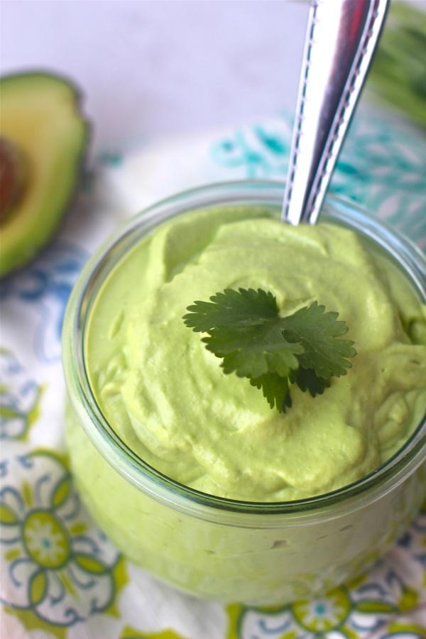 Avocado met griekse yoghurt en beetje koriander, uitje, zout en peper en dan blenden. Heerlijk op boterhammetje of op de zalm of bij kip of bij rauwkost
