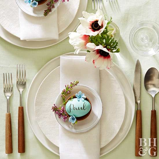 Who says that placeholders have to be cards? For this year's Easter meal, use dyed Easter eggs to mark a place for each guest. Learn how to do it with our step-by-step instructions. #easter #easterdecorations #eastertable