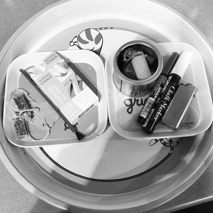 """#thejanuarycure de @apartmenttherapy - Jour 1 : mon tiroir. Je n'ai plus du tiroir non rangé ni organisé. Il reste mon plateau au-dessus du micro-ondes où l'on pose quelques petits trucs en vrac: des graines de myosotis offertes lors du mariage de @maudppn qui attendent gentiment le printemps; des briquets pour les """"feu"""" bougies que je n'ai plus et la craie pour le tableau de la cuisine. #minimalisme #zérodéchet #désencombrement #latergram #lessismore #zerowaste"""
