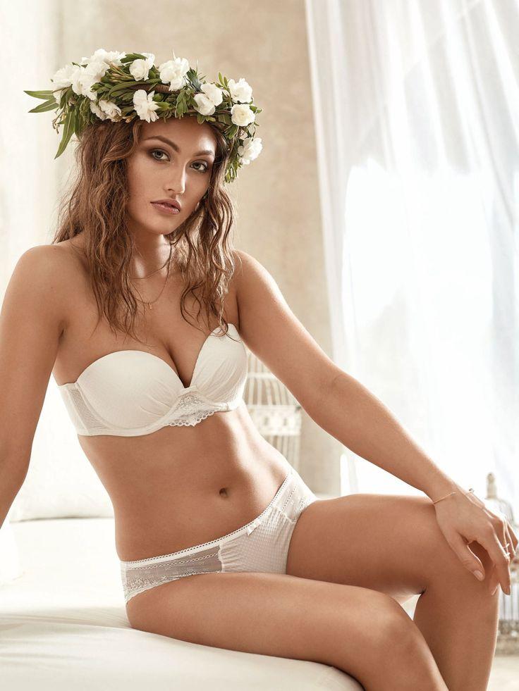 """Unter dem Namen """"Estelle"""" launchte jetzt auch Skiny eine Brautunterwäsche-Linie. Hier seht ihr den Bandeau-BH mit abnehmbaren Trägern, um 39 Euro und die passende Panty, um 24 Euro. Hübsch und praktisch, also jederzeit wieder tragbar..."""