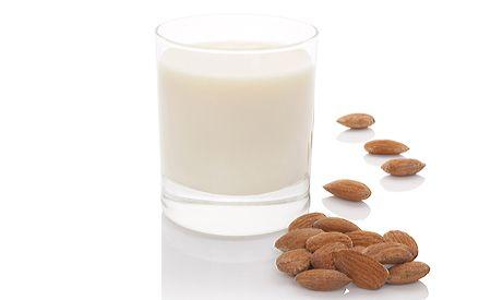 (Zentrum der Gesundheit) - Mandeln sind weit mehr als Knabberzeug für nebenher. In Wirklichkeit sind Mandeln ein ideales und aussergewöhnlich gesundes Grundnahrungsmittel - nur weiss niemand mehr, wie einfach und abwechslungsreich man die kleinen Kerne zubereiten kann. Unsere Leser kennen die Rezepturen für Mandel-Vanille-Milch, Mandel-Kaffee, Mandel-Schoko-Brotaufstrich und Mandel-Pudding. Heute verraten wir Ihnen