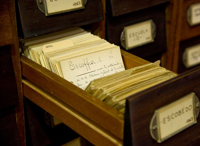 Catálogo. Conjunto de referencias bibliográficas de todos los documentos conservados en una Biblioteca: libros, manuscritos, prensa, material gráfico, partituras, audiovisuales y registros sonoros. #Catálogo #Referencias #Biblioteca #Documentos